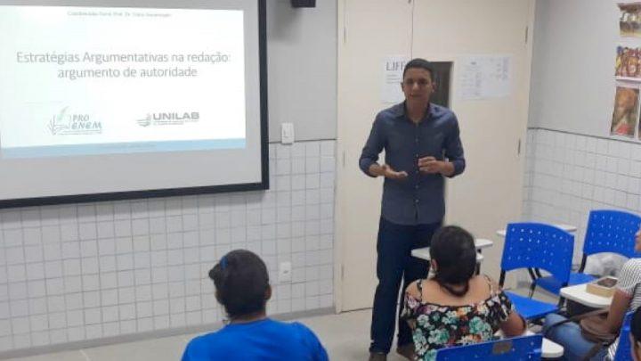 Leonardo Chaves, estudante voluntário do projeto Enem-TEC, ministra aula 04 do Curso de Redação Gratuito do ProEnem