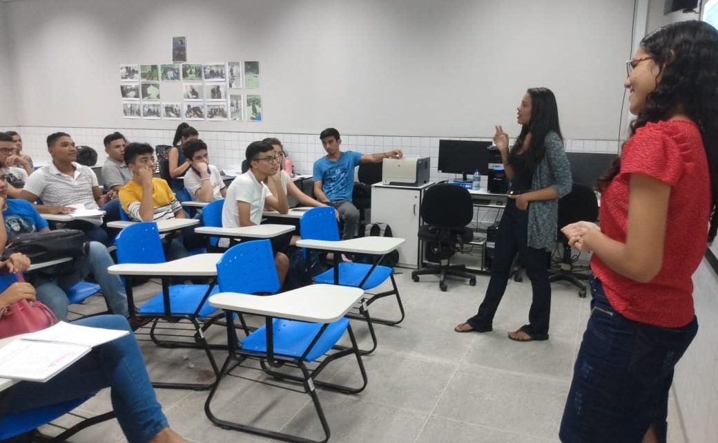 Nayne e Adriely, Bolsistas do Projeto Enem-TEC e voluntárias do PROENEM,  ministram aula 03 do Curso de Redação